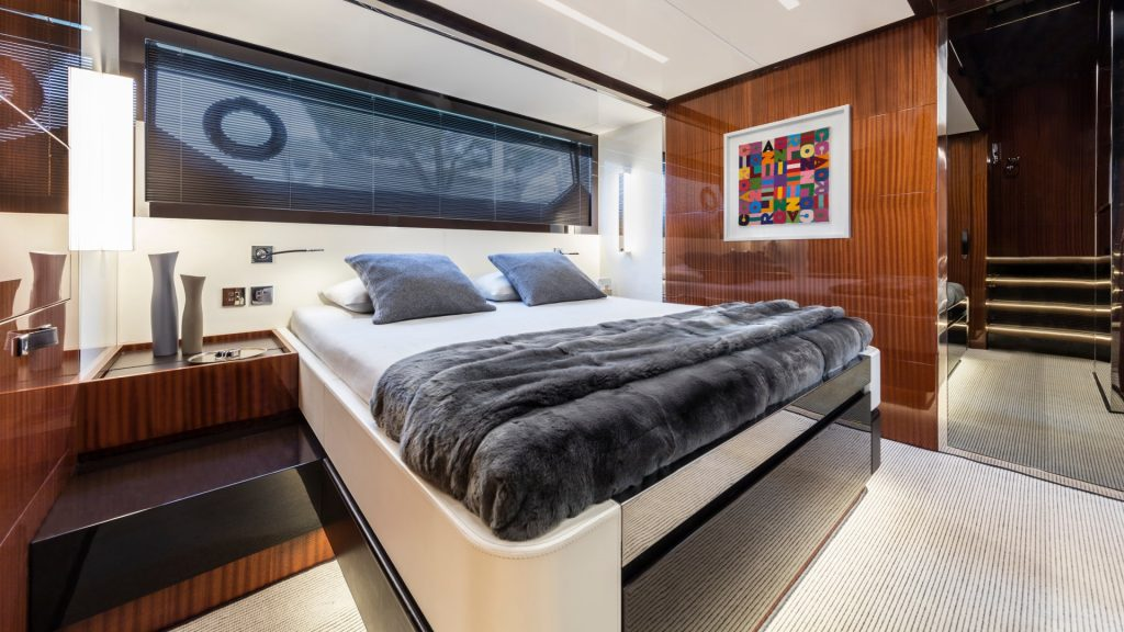luxusyacht kaufen hinweise und tipps poroli. Black Bedroom Furniture Sets. Home Design Ideas